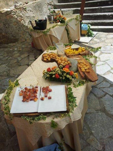 tavolo con affettati e prodotti vari