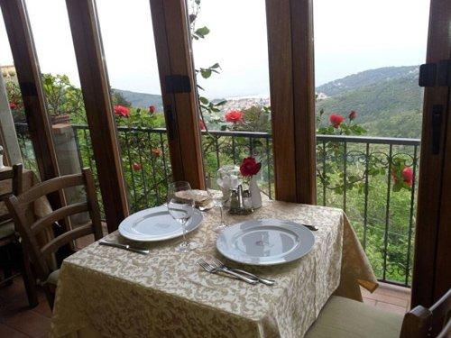 tavolo apparecchiato vicino alla finestra per una coppia di persone
