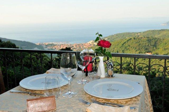 tavolo apparecchiato per una serata romantica