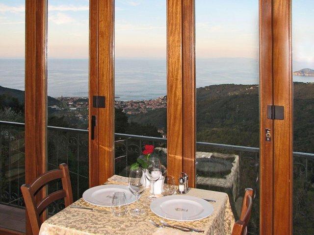 vista panoramica dal tavolo apparecchiato