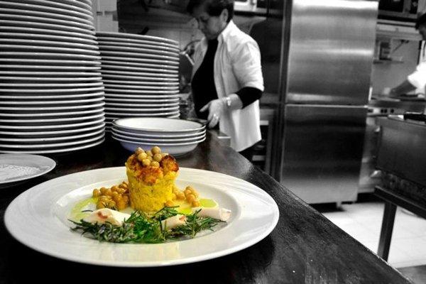 piatto creativo in cucina pronto per essere servito
