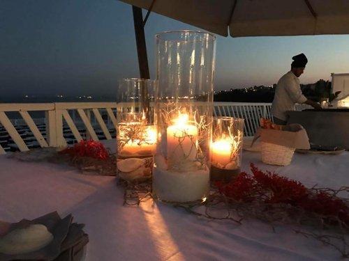 candele su un tavolo all'aperto