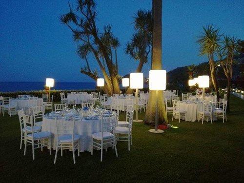 un giardino con dei tavolini bianchi