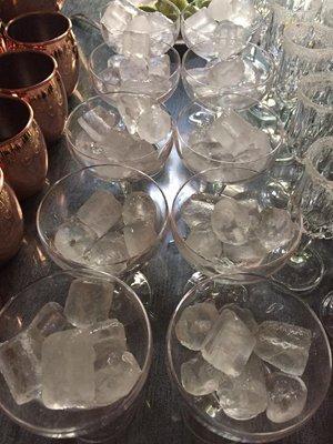 cubetti di ghiaccio in alcuni bicchieri