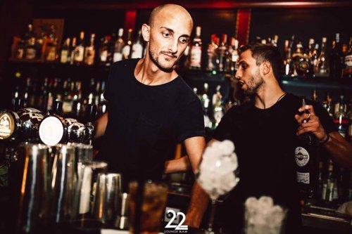 un barman