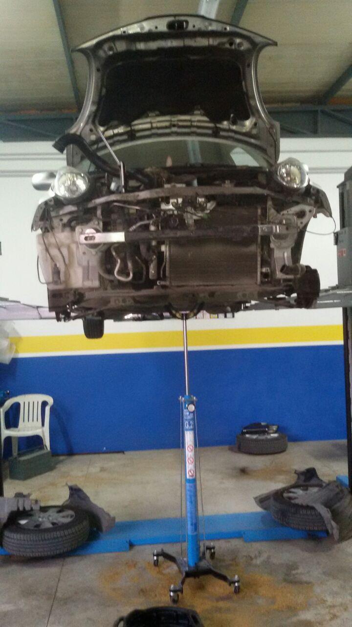 scocca dell'auto sollevata da un pistone