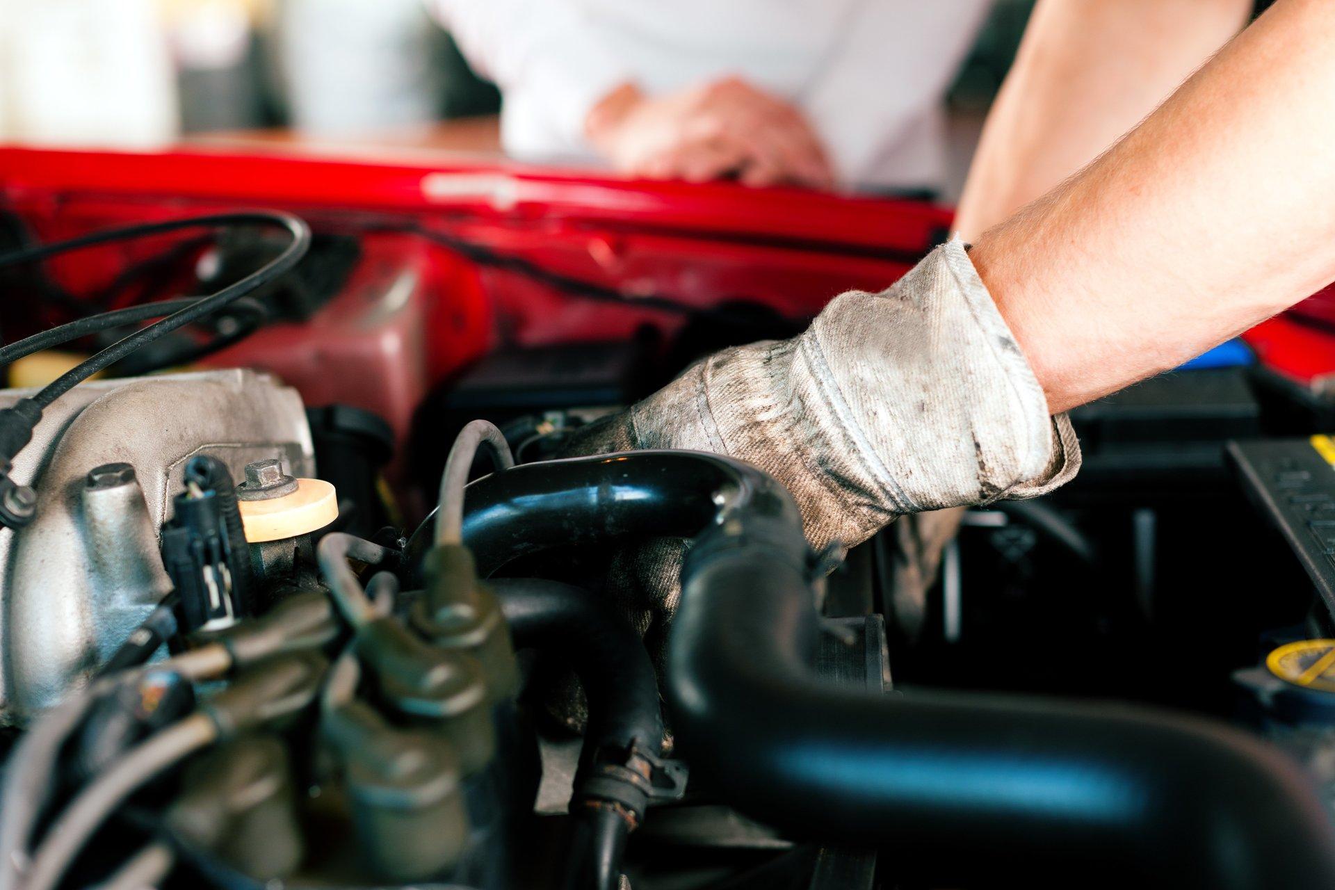 riparazione meccanica al motore