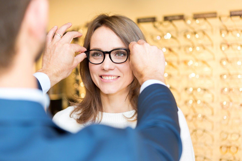 ragazza mentre prova degli occhiali da vista