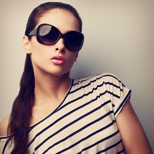 ragazza con occhiali da sole glamour