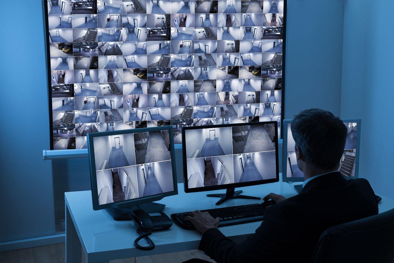 uomo controlla un impianto di videosorveglianza