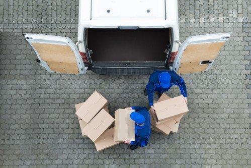 Due dipendenti caricando il furgone