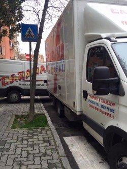 Camionetta della ditta parcheggiata in strada