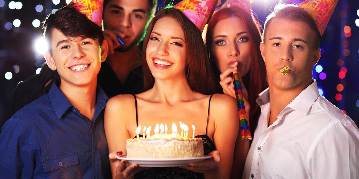 Ragazzi festeggiano compleanno al Bullons Garage