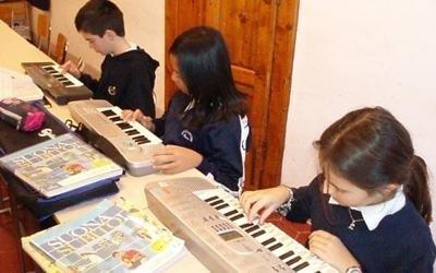 alunni durante una lezione di musica
