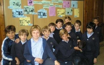 un gruppo di ragazzini di scuola media