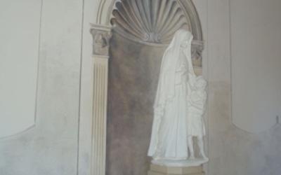 una statua della madonna con un bambino