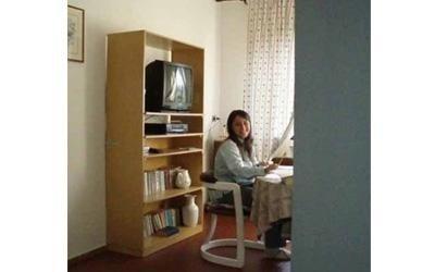 una ragazza nella camera di un pensionato