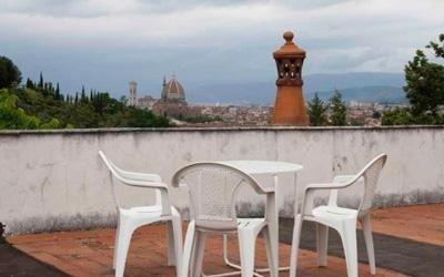 terrazza con sedie e vista di Firenze