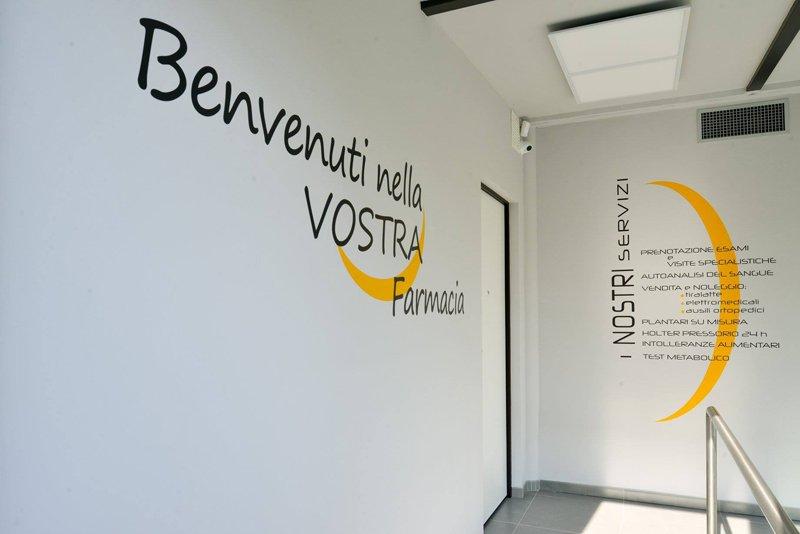 muro con scritta Benvenuti nella vostra farmacia