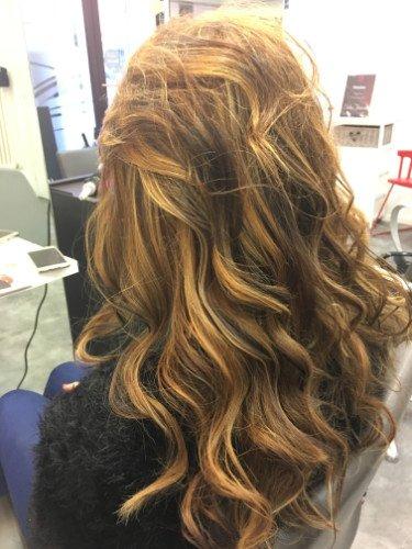 una donna con capelli mossi e biondi