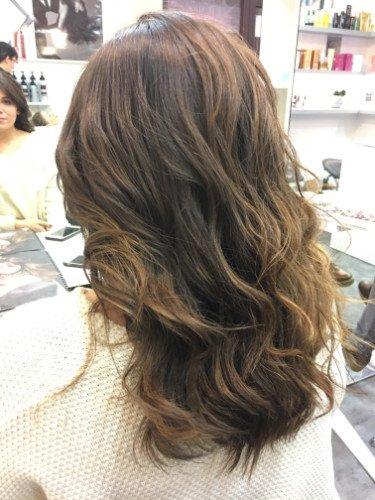 una donna con capelli mossi e marroni scuri