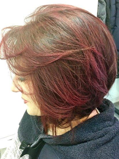 una donna con capelli marroni scuri e rosa