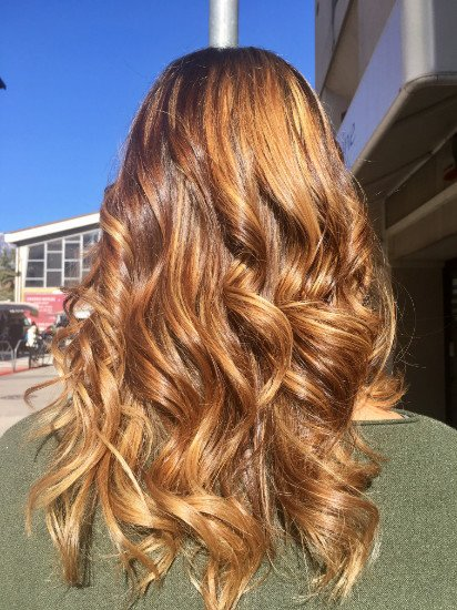 una donna con capelli biondi e mossi