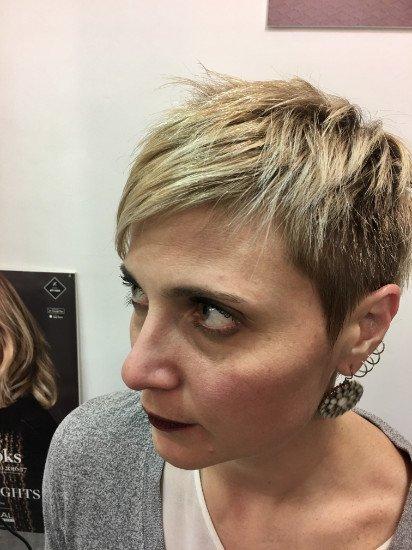 una donna con capelli corti e biondi