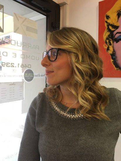 una donna con occhiali e capelli corti e biondi