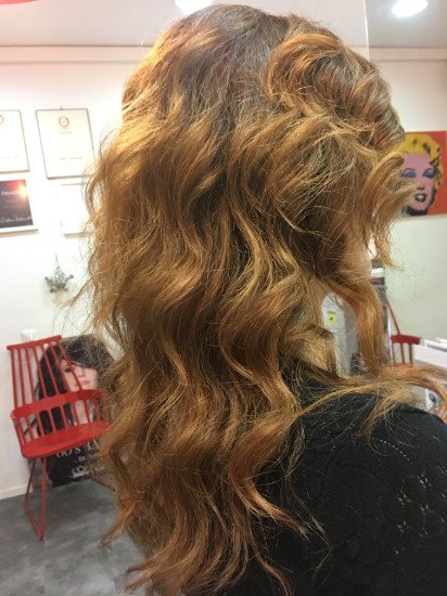 una donna con capelli mossi di color biondo