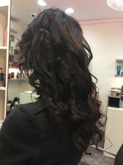 una donna con capelli mossi di color nero