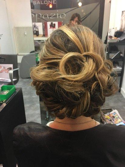 una donna con capelli biondi raccolti in su