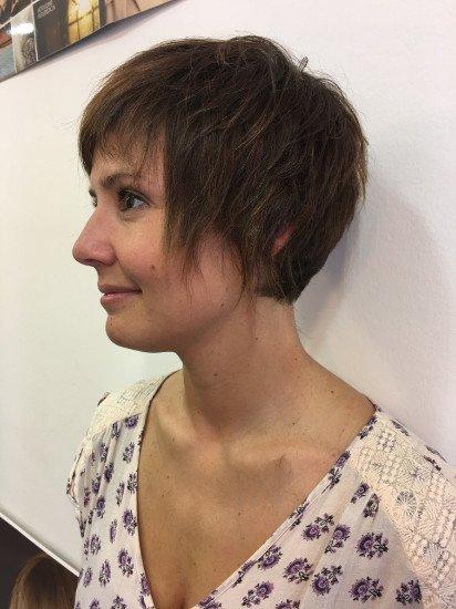 una donna con capelli marroni scuri