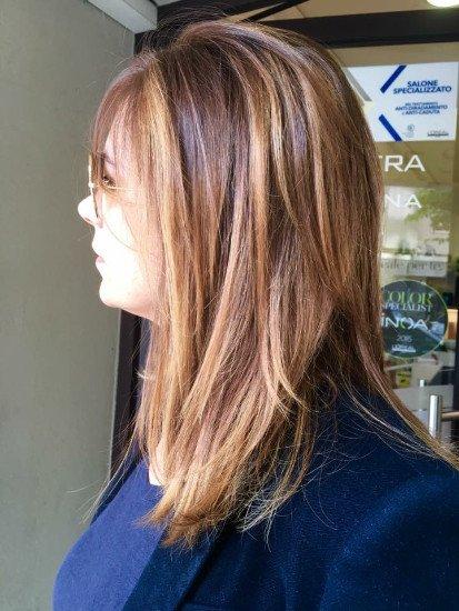 una donna con capelli biondi e rosa