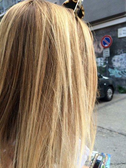una donna con capelli biondi