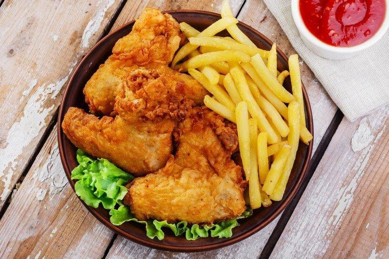 un piatto di pollo fritto e delle patatine