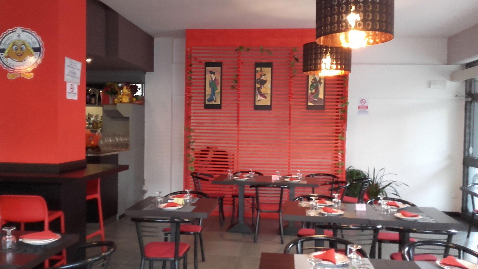 vista dei tavoli in un ristorante