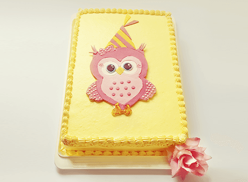 torta gialla personalizzata con gufo disegnato