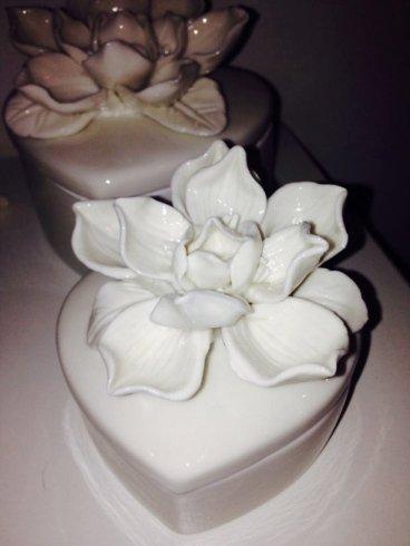 torta a forma di cuore con rose sopra