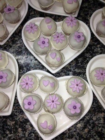muffin con fiori disegnati sopra