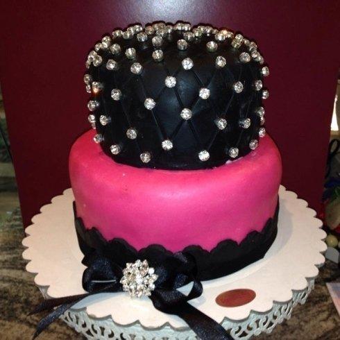 torta creativa con rappresentazione di una corona