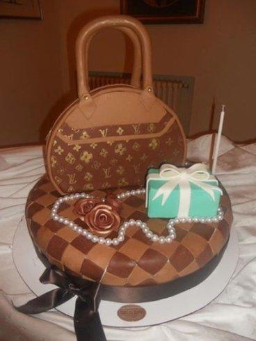 torta al cioccolato con borsa Luis Vuitton