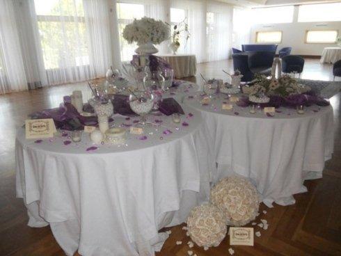 tavolo con confetti e tovaglioli viola