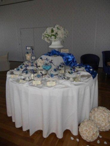 tavola con confetti e nastro blu