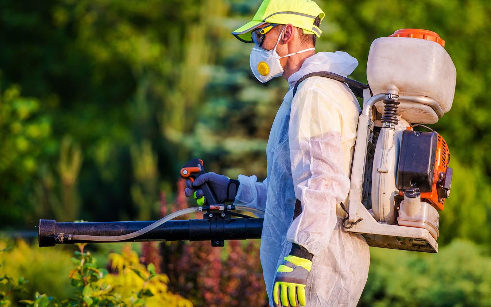 Gli uomini con la benzina Pest Control attrezzature d'irrorazione