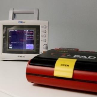 Defibrillatore e monitor multiparametrico per controllare i parametri vitali durante gli interventi di chirurgia