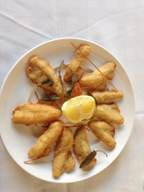 Filetti di pesce persico impanati e fritti