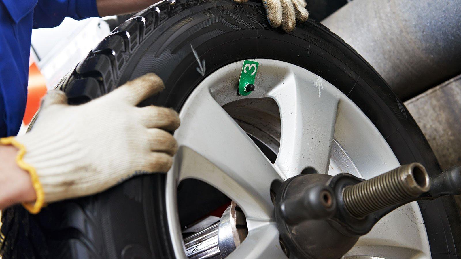 un gommista che cambia uno pneumatico