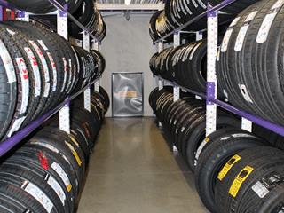 Un deposito di pneumatici per auto, moto e furgoni