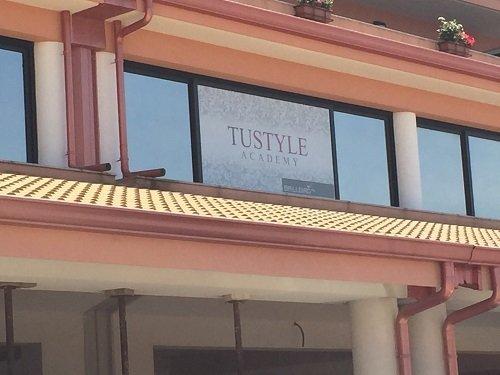 un edificio con scritto Tustyle Academy